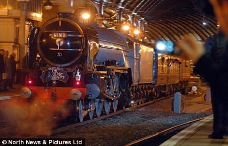 Maria-fumaça chegando de sua viagem inaugural na estação central de Newcastle. Modelo 60163 Tornado que custou 3 milhões de libras esterlinas.